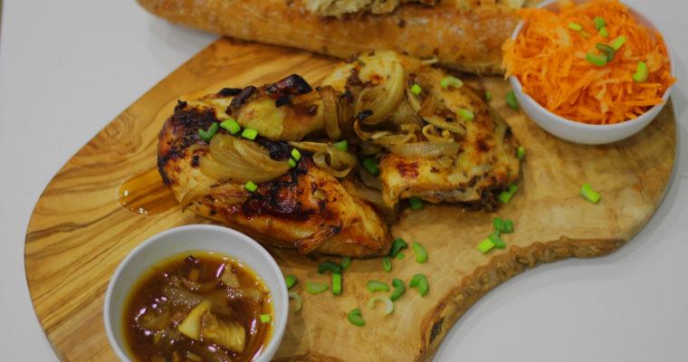 Kuře na pivě s cibulovým chlebem a mrkvovým salátkem