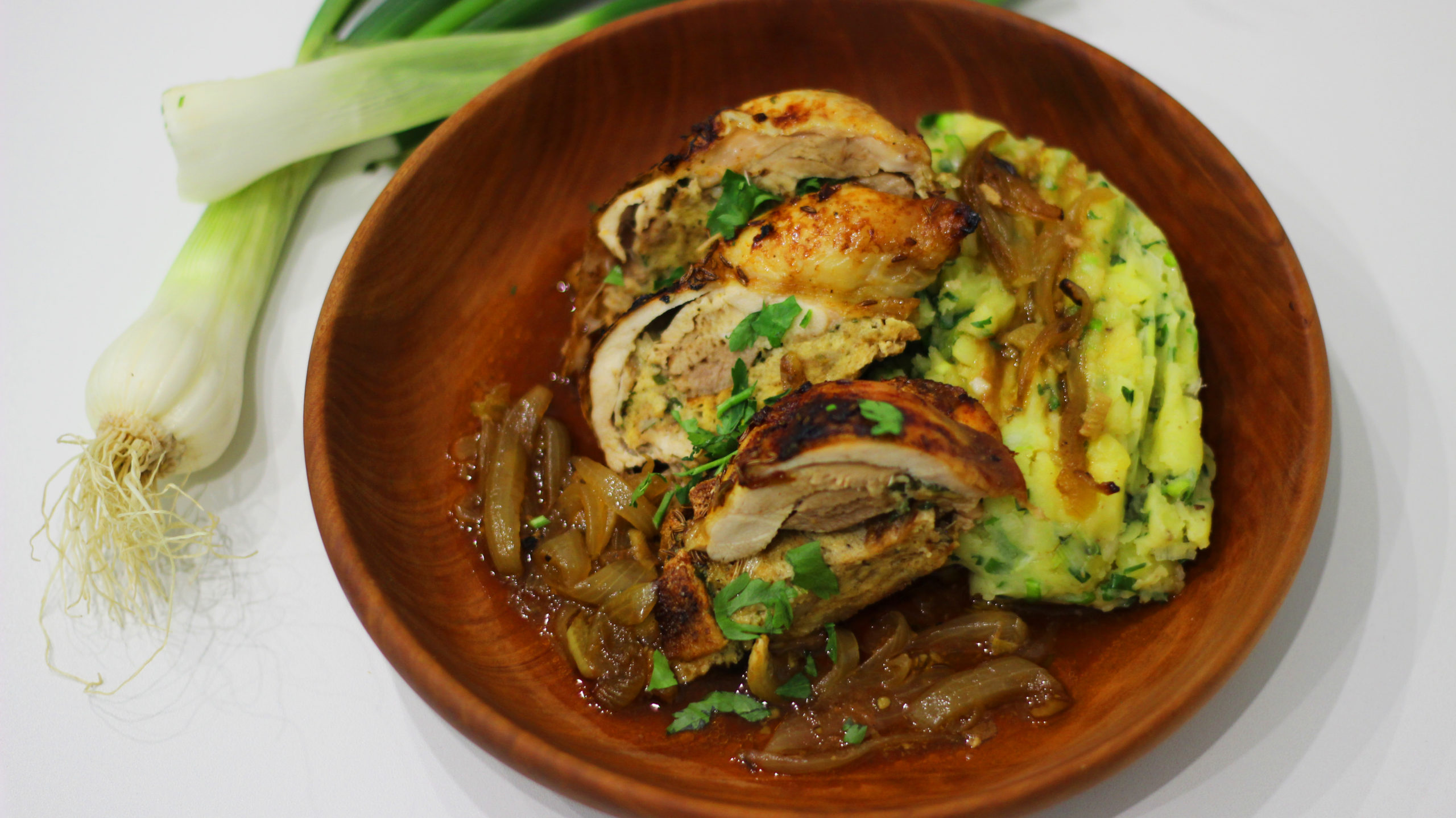 Kuře s jarní bylinkovou nádivkou a šťouchanými brambory