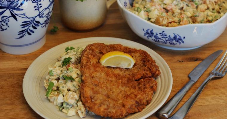Smažený řízek z krkovice a bramborový salát s domácí majonézou