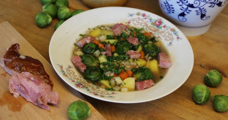 Uzená polévka s kroupami a růžičkovou kapustičkou