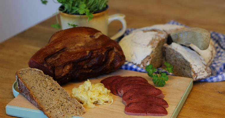 Uzený hovězí jazyk s vejmrdou a domácím kváskovým chlebem