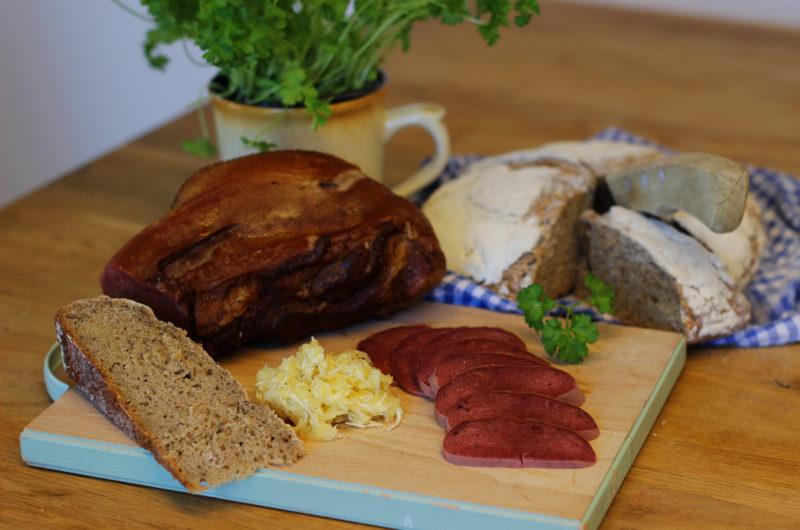 Uzený hovězí jazyk s vejmrdou a domácím kváskovým chlebem od Viki