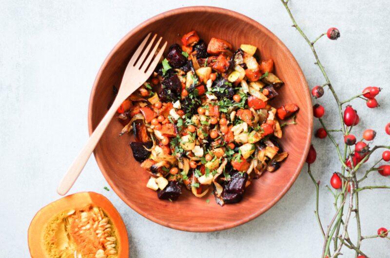 Teplý podzimní salát s řepou, dýní, cibulí, šípkovým balsamikem a čerstvým rakytníkem