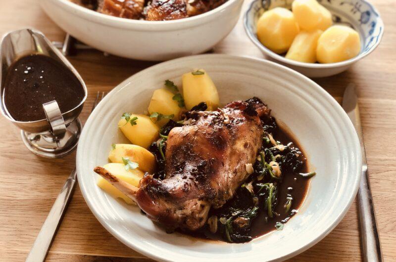 Pečený králík s vepřovým bůčkem, baby špenátem, omáčkou z výpeku a vařeným bramborem